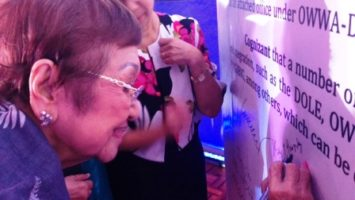 SERDEF Chairperson Dr. Nelia T. Gonzalez signs the Reintegration Summit Declaration.