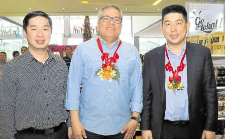 Sia brothers (Ferdinand, left, and Injap) flank Trade Secretary Ramon Lopez.
